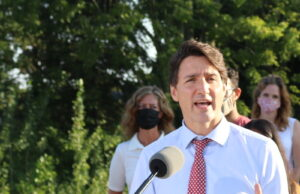 The Leader of the Liberal Party, Justin Trudeau was in Hamilton this morning to talk housing. Against the backdrop of a building under construction, Justin Trudeau talks housing in Ancaster – Hamilton - Photo Mosaic Edition Edward Akinwunmi